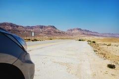 空的路向死海,沙漠街道 免版税库存图片