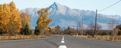 空的路和小山Krivan 免版税库存照片