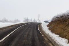 空的路在一个冷的冬日 免版税库存照片