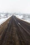空的路在一个冷的有雾的冬日 免版税库存图片