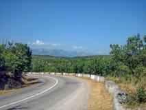 空的路在南部的多小山多山区域在一个热的夏日 免版税库存照片