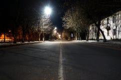 空的路在晚上在老大厦背景的欧洲  图库摄影