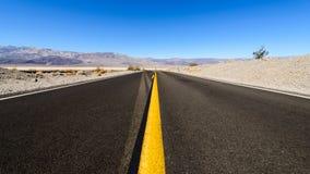 空的路在死亡谷,加利福尼亚,美国 图库摄影