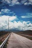 空的路盖了山 库存照片