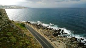 空的路美丽的景色沿海在罗希姆诺镇的在克利特海岛上的多雨天气的 免版税库存照片