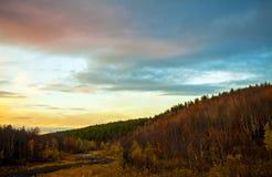空的路通过秋天金子上色了森林taiga小山 免版税库存照片