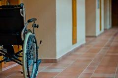 空的轮椅在残疾的走廊 免版税库存图片