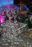 空的透明无色的玻璃酒杯的照片由金字塔设置装饰自助餐桌 免版税图库摄影