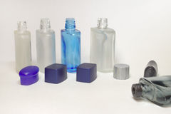 空的透明瓶在刮脸以后的化妆水与开放盖帽 库存照片