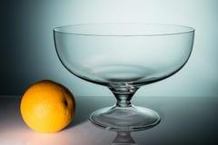 空的透明玻璃花瓶用桔子 库存照片
