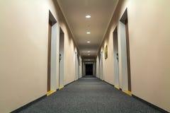 空的通道走廊照片在豪华房子里 免版税库存图片