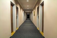 空的通道走廊照片在豪华房子里 免版税库存照片