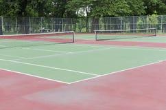 空的郊区网球场在公园 图库摄影