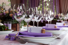 空的酒杯在婚姻的餐馆设置了 库存照片