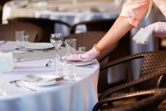 空的酒杯餐馆内部服务,美妙地被服务酒杯 免版税库存图片