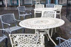 空的金属桌和椅子在一个街道咖啡馆在秋天 库存图片