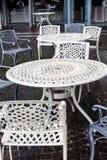 空的金属桌和椅子在一个街道咖啡馆在秋天 库存照片