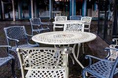 空的金属桌和椅子在一个街道咖啡馆在秋天 免版税库存照片