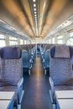 空的铁路旅客支架位子荡桨与dimishing的透视 免版税图库摄影