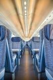 空的铁路旅客支架位子荡桨与dimishing的透视 免版税库存图片