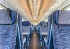 空的铁路旅客支架位子荡桨与dimishing的透视 图库摄影