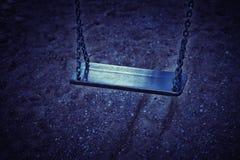 空的链摇摆在操场 免版税库存照片