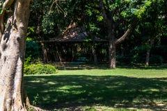 空的长凳和小屋 库存照片