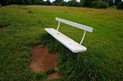 空的长凳在乡下 库存图片
