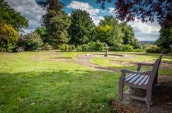 空的长凳在公园 免版税库存照片