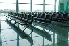 空的长凳在机场终端  免版税图库摄影