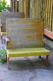 空的长凳在秋天在森林里 图库摄影