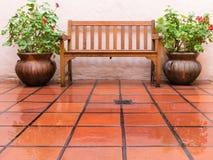 空的长凳在雨中 免版税库存图片