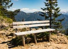 空的长木凳在巴法力亚阿尔卑斯 库存图片
