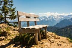 空的长木凳在巴法力亚阿尔卑斯 库存照片