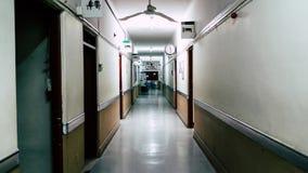 空的长的走廊在医院,在走廊结束时您能读它说:外科中心 免版税库存图片