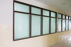 空的长的走廊在葡萄酒窗口里 库存照片