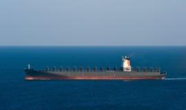 空的集装箱船移动由海的迈波火山 不冻港海湾 东部(日本)海 05 03 2015年 图库摄影