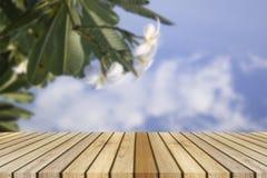 空的顶面木桌和花弄脏了背景 能为产品显示使用 库存照片