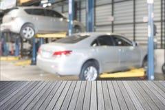 空的顶面木桌和被弄脏的汽车技术员 免版税库存照片