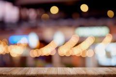 空的顶面木桌和迷离城市夜背景 免版税图库摄影