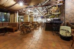 空的餐馆在晚上 免版税库存图片