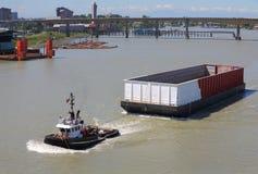 空的驳船,弗拉塞尔河,不列颠哥伦比亚省 免版税库存图片