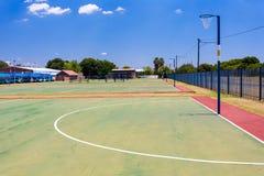 空的高中少女玩的篮球赛法院 免版税库存照片