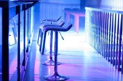 空的高凳行沿酒吧的在夜总会 免版税图库摄影
