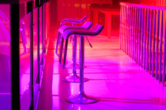空的高凳行沿酒吧的在夜总会 免版税库存照片