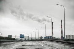 空的高速公路在一多云天 图库摄影