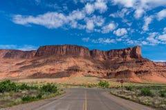 空的高速公路在峡谷和南犹他的Mesa国家 库存照片
