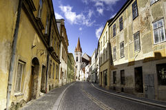 空的鹅卵石街道在Znojmo,捷克 免版税库存图片