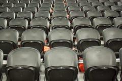 空的黑色位子在体育场内 图库摄影