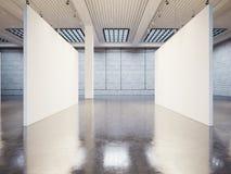 空的画廊内部大模型与白色帆布的 免版税库存照片